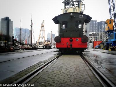 Onderwerp foto: locomotief. Benadrukken: rails zorgen voor lijnen naar het onderwerp, vignet en laag standpunt zorgen voor minder afleiding aan de zijkant.
