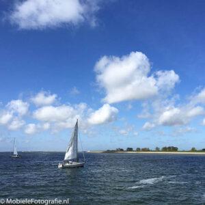 Sailing als tag voor deze foto van een zeilboot op de Waddenzee voor de kust van Texel.