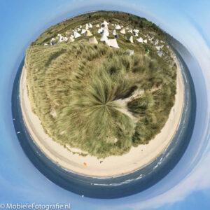 De duinen, zee en camping op Vlieland op een planeet - met de Planetical app.