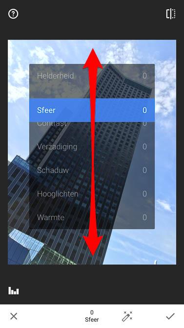 Door vertikaal te schuiven selecteer je de gewenste aanpassing. Hier in de Snapseed bewerking Afstellen.