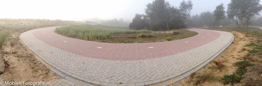Een fietspad in de Kennemerduinen op een mistige ochtend [iPhone 4s]