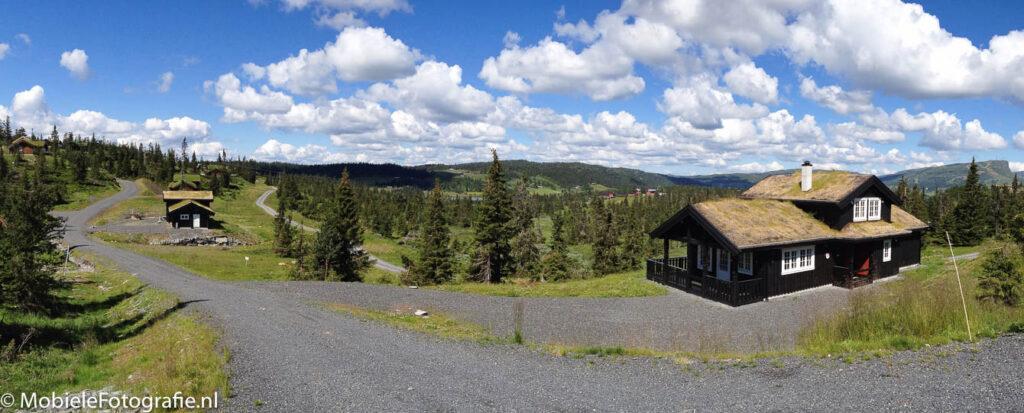 Panoramafoto van een Noors landschap met typische Noorse huisjes.