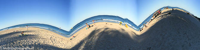 Een overdreven bewogen panoramafoto... Dit is geen berglandschap maar gewoon een strand.