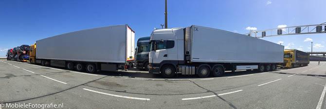 Deze vrachtwagens in Calais staan dicht bij de mobiele telefoon waardoor ze 'krom' op de panoramafoto komen..