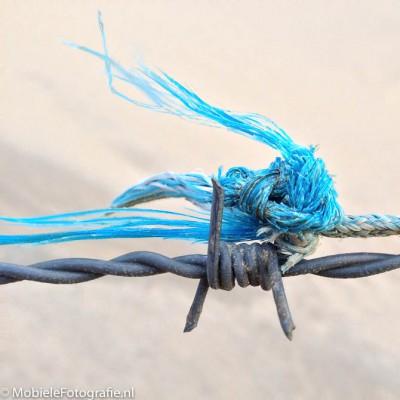 Foto van Prikkeldraad en een touwtje in de duinen [iPhone 4s]