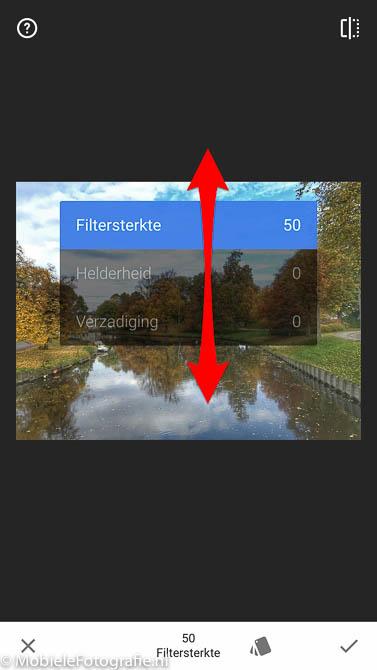 Kies de jusite aanpassing door vertikaal schuiven over het scherm te schuiven in Snapseed.