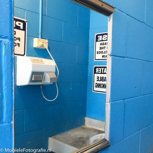 Foto van De spiegel in een openbaar toilet maakt een dynamisch plaatje van een saai onderwerp. [iPhone 6]