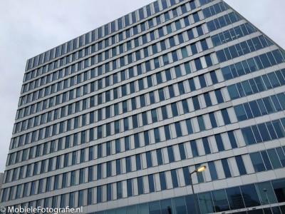 De oorsrponkelijke foto van een kantoorgebouw. [iPhone 6]