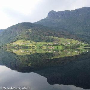 Symmetrie door een spiegelend meer in Noorwegen [iPhone 4s]