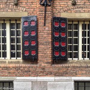 De regel van symmetrie toegepast: Symmetrisch detail van een gebouw in Nijmegen [iPhone 6]