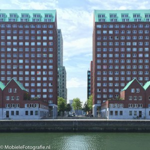 Spiegelsymmetrische gebouwen in Rotterdam [iPhone 6]