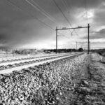 Het spoor Zandvoort - Haarlem. Zwart-wit foto omgezet in Snapseed.