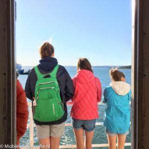 De omlijsting door een deurpost geeft het onderwerp (de drie dames) gelijk meer aandacht.