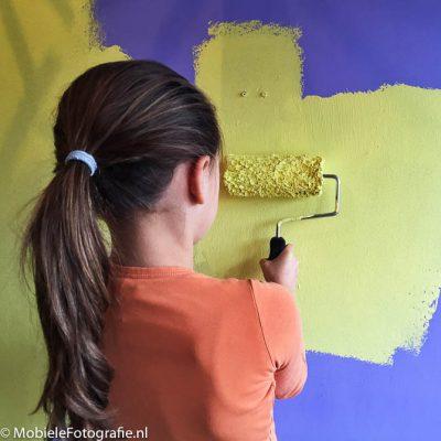 Voorbeeld van Triadische kleuren: oranje t-shirt, geelgroene verf en een paarse muur [iPhone 4s]