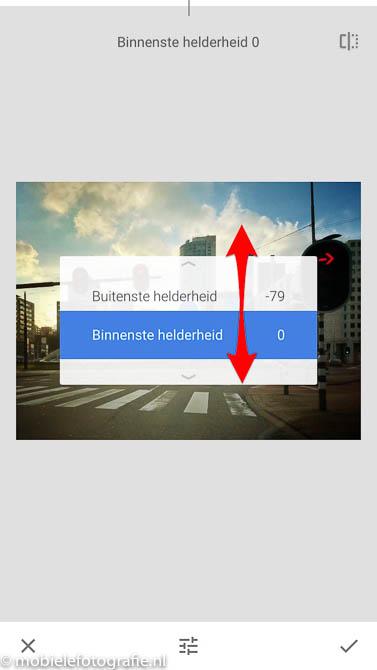 Binnenste helderheid aanpassen door van beneden naar boven te schuiven. in de Snapseed app.