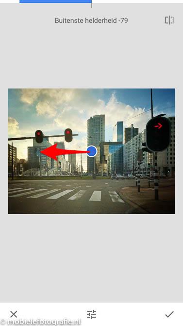 Sterkte van het vignet wijzigen door naar links te schuiven in de Snapseed app.