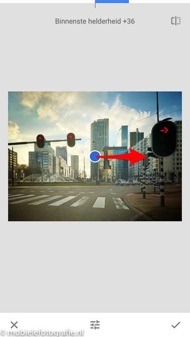 Binnenkant van het vignet lichter maken door naar rechts te schuiven bij 'binnenste helderheid'. in de Snapseed app.