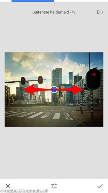 Plaats van het vignet wijzigen door schuiven van het blauwe puntje in de Snapseed app.