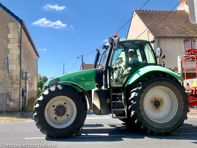 Tractor in Frans stadje