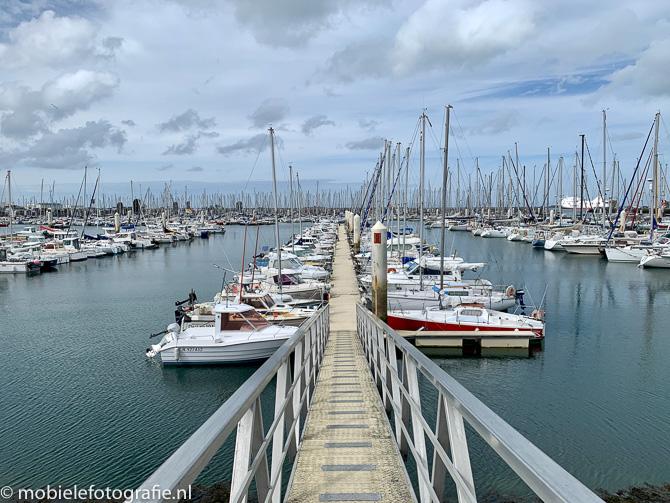Leidende lijn door de brug vanaf de kade naar de haven van Cherbourg
