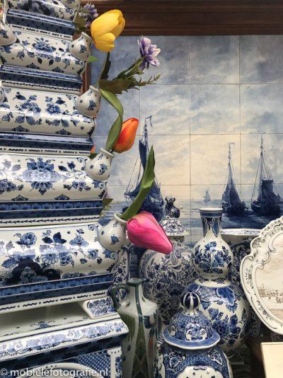 Delfts blauw porselein in etalage in Amsterdam